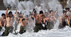 Forças especiais de guerra sul-coreanas brincaram na neve após exercícios de treinamento em Pyeongchang.  Fotografia: Jung Yeon-Je/ AFP.