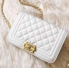 Pin by Molly Peterson on Bags/Purses Cute Handbags, Chanel Handbags, Fashion Handbags, Purses And Handbags, Fashion Bags, Fashion Purses, Women's Fashion, Luxury Purses, Luxury Bags