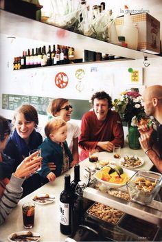 Best Ideas For Travel Guide Books Design Barcelona Spain Travel Maps, New Travel, Travel Alone, Spain Travel, Barcelona Food, Barcelona Spain, Packing Tips For Travel, Travel Guide, Travel Accessories For Men