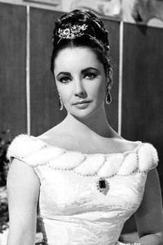 Elizabeth Taylor in the movie 'The V.s' in 1960 . In The V.s, she wore 2 pieces from her own collection: a pair of emerald and diamond earrings, and a jeweled headpiece by Bulgari Elizabeth Taylor Jewelry, Morgan Elizabeth, Elizabeth Olsen, Mike Todd, Harry Winston, Hollywood Photo, Old Hollywood, Janet Jackson, Norma Jean