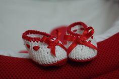 Otros zapatitos de crochet que le ha hecho mi madre a la niña  Crochet. Ganchillo. Manualidad