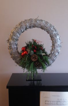 Kerststuk in krans Xmas Wreaths, Easter Wreaths, Grapevine Wreath, Xmas Table Decorations, Indoor Wreath, Christmas Flower Arrangements, Christmas Diy, Floral Design, Holiday Decor