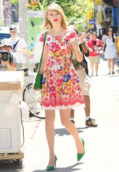 Are you a fan of Taylor Swift's matching accessories? Tell us in the comments! #CelebrityStyle #Fashion
