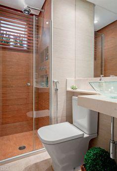 Pastilhas de vidro dão lugar à ripas de madeira em banheiro. Fotos publicadas na revista MINHA CASA.
