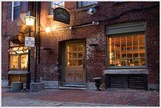 Street & co.Lobster Bread Pudding, Street & Co Plus classique, le Street & co propose surtout des poissons et fruits de mer. Attablé dans la jolie salle à manger aux murs de briques, on peut déguster des pâtes aux palourdes, du homard beurre à l'ail, et des poissons entiers grillés. En entrée, le pudding au pain au homard était réussi. (33 Wharf Street)