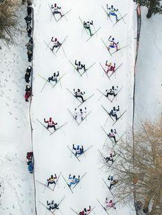 Stickmuster: Beim Engadin-Skimarathon über 42 Kilometer von Maloja nach S-chanf in der südöstlichen Schweiz stapfen die Sportler einen Anstieg empor.    Aus der Luft gesehen ist zu erkennen, dass die Langläufer gebührenden Abstand zueinander halten, um sich nicht gegenseitig Stöcken oder Skiern zu behindern. (Foto: Peter Klaunzer/dpa)
