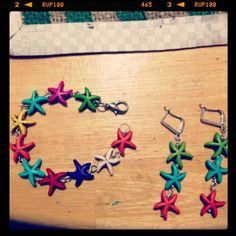 Pulsera y aretes largos de estrellas de colores.