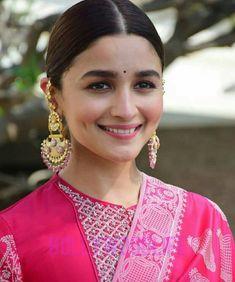 Alia Bhatt is currently the ruling lady of Bollywood . Bollywood Jewelry, Bollywood Fashion, Beautiful Bollywood Actress, Beautiful Indian Actress, Indian Celebrities, Bollywood Celebrities, Aalia Bhatt, Alia Bhatt Cute, Deepika Padukone Style