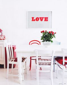 50 Romantic Dining Room Decorating Ideas for Valentine's Day day decorations for tables meals 50 Romantic Dining Room Decorating Ideas for Valentine's Day Mixed Dining Chairs, Fine Dining, Dining Room, Dining Table, Red And White Kitchen, Ideas Prácticas, Decor Ideas, Home Decor Inspiration, Diy