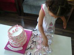 nehir pastasını beğendi kurabiyeleri tam mı diye sayıyor :))