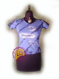 TRIKO NA RYBY PRO DÁMY Velikosti: S, M, L, XL, XXL Barva:modrá batika Technika: ruční zpracování batika + kresba Složení: 100% bavlna Střih: klasický krátký rukáv MOŽNOSTI OBJEDNÁNÍ VOLITELNÝCH VELIKOSTÍ