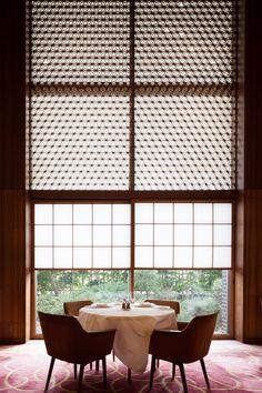 メーンダイニングはロビーと同様に、麻の葉紋をモチーフとした木組み格子の欄間が窓を飾る(写真:吉田 誠)