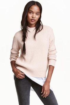 Pullover in maglia a coste: Pullover in morbida maglia a coste. Modello ampio con collo a lupetto a coste. Maniche lunghe.