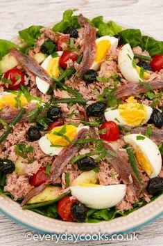 Salade Niçoise Salade Nicoise is a summer lunch classic. Tuna, egg and potato salad with dressing. Fish Recipes, Vegan Recipes Easy, Salad Recipes, Tuna Nicoise Salad, Salade Nicoise Recipe, Tuna And Egg, Asparagus Soup, Main Dish Salads, Vegetable Salad