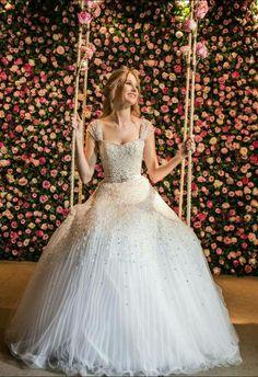 Lindo vestido branco com brilho! Um vestido de princesa! Maravilhoso!
