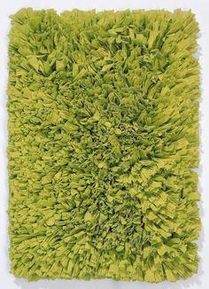 Trendiger handgewebter Badteppich mit sehr hohem Flor aus Synthetik und Baumwolle in grün. Die breiten Streifen des Flors verleihen dem Badteppich MOOD ein modernes Aussehen. Der Teppich eignet sich auch für die Verwendung in anderen Wohnbereichen wie Schlafzimmer, Kinderzimmer oder Wohnzimmer.