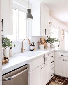White small kitchen with black cabinet hardware, white quartz countertop and gold faucet. White small kitchen with black cabinet hardware, white quartz countertop and gold faucet. Home Decor Kitchen, New Kitchen, Home Kitchens, 10x10 Kitchen, Cheap Kitchen, Kitchen Ideas Simple, Small House Kitchen Ideas, Small Condo Kitchen, Small Kitchen Inspiration