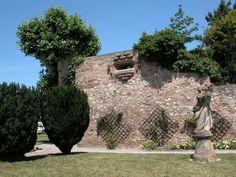 La Poudrière Elle était destiné à entreposer les armes des bourgeois, c'est l'une des dernière partie du mur d'enceinte de la ville.