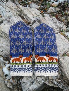 Winter Foxes pattern by Natalia Moreva : Ravelry: Winter Foxes pattern by Natalia Moreva Fox Pattern, Mittens Pattern, Knit Mittens, Knitting Socks, Knitted Hats, Knitting Charts, Knitting Patterns, Crochet Patterns, Knitting Projects