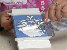 TÉCNICA DINAMARQUEZA: pieza mdf en blanco, pasar con espatula una capa de pasta para modelar, stencil en relive con pasta, pintar con acrilico y limpiar por sobre el stencil, aplicar una capa de hidro vitral carmin y limpiar exceso, envejecer con hidro betun y retirar exceso