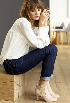 Comment porter des bottines à paillettes ? Le bon look à copier >> http://www.taaora.fr/blog/post/look-hiver-2016-bottines-beiges-paillettes-sur-le-cote-jean-brut-blouse-blanche-la-redoute