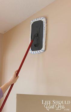 Si es pintura, entonces un limpiador multiusos está bien. Para el azulejo puede funcionar una mezcla 1:1 de agua y vinagre, o incluso algo de Windex o limpiador de azulejos. Lee más sobre por qué este mop es mejor para ~trapear el piso~ aquí.