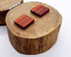 It's a wooden log, a little hunk of nature on your hands. In the hurt of that wooden log, they are hiding the wooden cufflinks of your selection. Wood Gift Box, Wood Gifts, Gifts For Father, Gifts For Him, Wood Boxes, Chandelier Earrings, Wood Grain, Groomsmen, Natural Wood