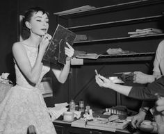 Image from http://vergeofverse.com/wp-content/uploads/2015/01/hepburn-putting-on-makeup-500x409.jpg.