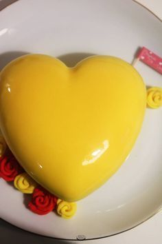 Un biscuit madeleine citron, une mousse légère au citron, un insert à la fraise et le tout recouvert d'un glaçage miroir jaune, découvrez la recette du Yellow de Christophe Felder.