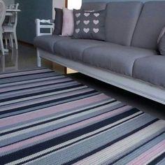 tapete de crochê listrado tricolor com sofá cinza combinando