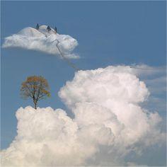 La fotografia surreale di Ceslovas Cesnakevicius di ispira al mondo del sogno. Cielo e nuvole sono elementi comuni nelle sue opere come un mondo parallelo.