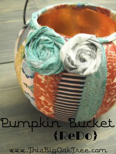 Halloween Pumpkin Bucket - A fun post-Halloween craft project. Be sure to use scrap fabric! From The Big Oak Tree. Something like this but with black and purple Easy Halloween Crafts, Holidays Halloween, Fall Crafts, Halloween Pumpkins, Holiday Crafts, Holiday Fun, Halloween Decorations, Pumpkin Decorations, Halloween Ideas