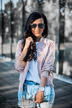 Outfit casual - Blush Bomber, Jeans Shorts and Silver Details on Juliesdresscode.de