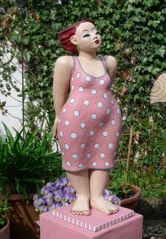 gartenfigur-dicke-frau-in-pink