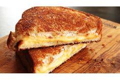 グリルドチーズサンドと言えば、アメリカではホットサンドの定番メニューです。チーズをパンに挟んでフライパンで焼くだけなので、大して...