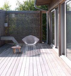 EN STILLE KROK: Nordvest i atriet, i enden av gjestefløyen, finnes også rom for kontemplasjon. En smalspilet skjermvegg forbinder  gjestehus med redskapsboden som utgjør den tredje veggen i atriet. Stolen Diamond Chair, design Harry Bertoia. Krakk fra Ikea PS. Pergola, Patio, Outdoor Decor, Ikea, Home Decor, Design, Decoration Home, Ikea Co, Room Decor
