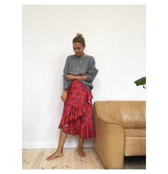 Tröja från Lisa Yang, kjol från Rodebjer och halsband från Jane Kønig.