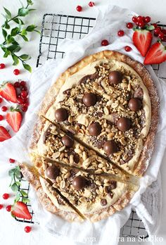 FISTASZKOWY MAZUREK Z KREMEM KARMELOWYM, CZEKOLADĄ I ORZECHAMIFISTASZKOWY MAZUREK Z KREMEM KARMELOWYM, CZEKOLADĄ I ORZECHAMI Camembert Cheese, Pie, Ethnic Recipes, Desserts, Food, Gastronomia, Torte, Tailgate Desserts, Cake