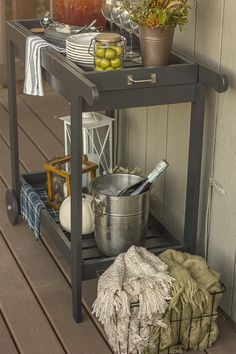 Jenna of Jenna Sue Design built this rolling bar cart with a removable tray using Ana White plans. Nice!