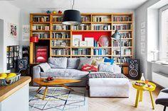 Stare i nowe wzornictwo widealnej harmonii. Stolik oorganicznej formie, lampa podłogowa zlat sześćdziesiątych XX wieku (ocalona zpobliskiego śmietnika) towarzyszą współczesnej kanapie idywanowi zkolekcji IKEA Stockholm 2017. Żółty stolik Around idesignerski koszyk na cytryny to przykłady nowoczesnego wzornictwa duńskiej marki Muuto (Scandinavian Living). Wykonana na zamówienie biblioteczka służy także jako miejsce eksponowania ceramiki oraz rysunków polskich ilustratorów: Agaty 'Endo'…