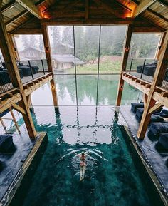 Piscina interior y exterior Indoor Pools, Indoor Outdoor, Luxury Pools, Dream Pools, Cool Pools, Pool Designs, Best Vacations, Water Features, Future House