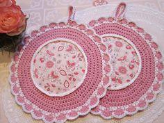 Runde Topflappen in rosa weiß mit Schmetterlingen von Barosa auf DaWanda.com  Rosa und weiß abgesetzte Topflappen, dieses Mal mit Schmetterlingen und Blümchen.