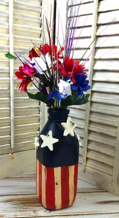 Here's another easy diy project, an upcycled bottle made into a Fourth of July vase. Home Decor Signs, Retro Home Decor, Easy Home Decor, Handmade Home Decor, Handmade Decorations, Patriotic Crafts, Patriotic Decorations, Holiday Decorations, Diy Projects On A Budget