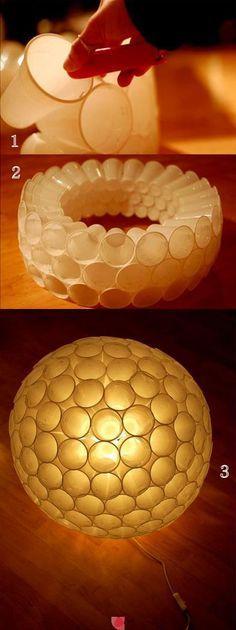 Lampara hecha con vasos de plástico