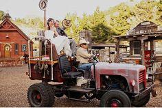 Llegar en Rolls-Royce o limusina a tu boda está muy bien pero un poco anticuado. Apúntate a la divertida moda de los transportes originales y elegid el vuestro, ¡hay un estilo para cada pareja!