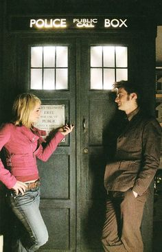 'Doctor Who' with Billie Piper and David Tennant. She's looking at the TARDIS, he's lovingly looking at her. 10 and Rose are my favorites :) The Tardis, Dr Who, Serie Doctor, Rose And The Doctor, Doctor Who Rose Tyler, 10th Doctor, Billie Piper, Don't Blink, Torchwood