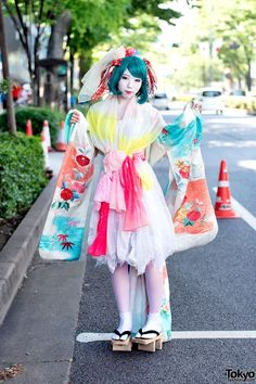 Harajuku Shironuri w/ Colorful Kimono Sleeve Dress & Geta (Tokyo Fashion News) Tokyo Street Fashion, Tokyo Street Style, Street Style Trends, Japanese Street Fashion, Japan Fashion, Korean Fashion, London Street, Harajuku Mode, Harajuku Girls