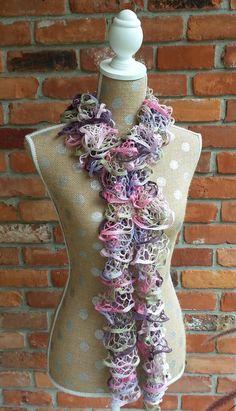 Hand stricken Rüschen Schal in den Farben rosa lila und von SLKnits