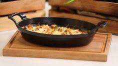 Bir tavaya tereyağını koyup kızdırın. Ayıklanmış karides, ince doğranmış sivribiber, mantar, doğranmış domates ile ince kıyılmış sarımsağı ekleyip 1 dakika soteleyin.