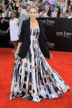 Sarah Jessica Parker looks sophisticated in an Oscar de la Renta gown